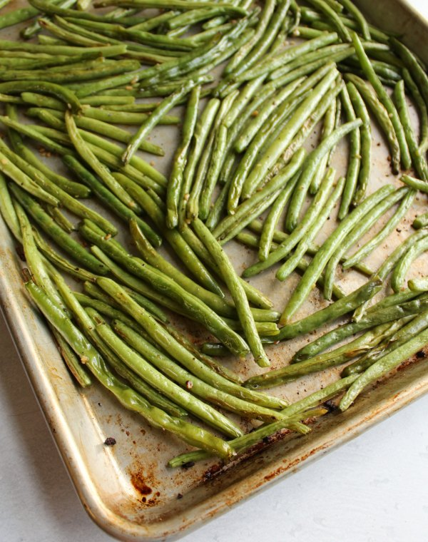 roasted green beans on sheet pan fresh from the oven