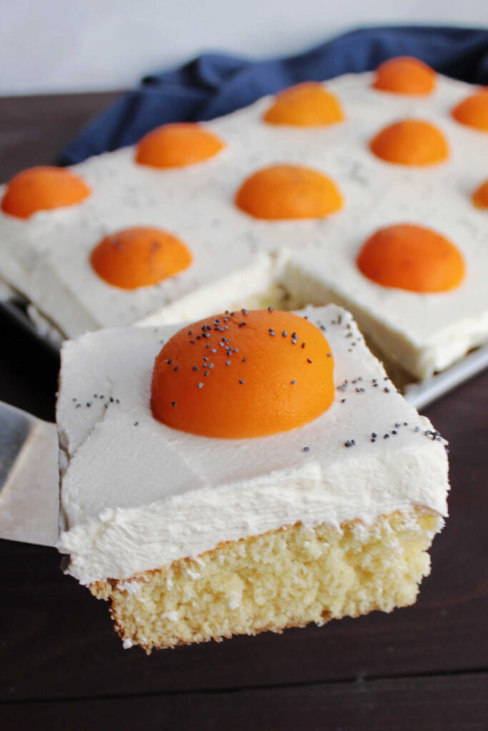 spatula lifting slice of sunny side up cake out of pan.